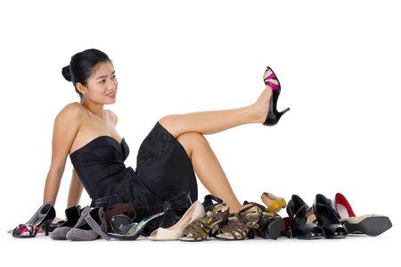 comprando zapatos: bastante joven, con la compra de zapatos adicci�n, aislada en fondo blanco  Foto de archivo