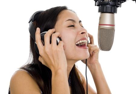 musicos: mujer hermosa voz de grabaci�n en estudio de la m�sica, aislado en fondo blanco
