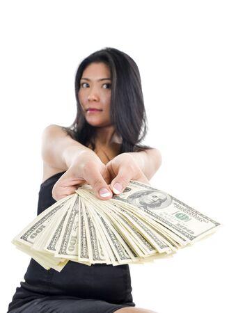 dare soldi: donna con un sacco di soldi, isolato su sfondo bianco. la fotografia ha una poca profondit� di campo con attenzione il pollice.