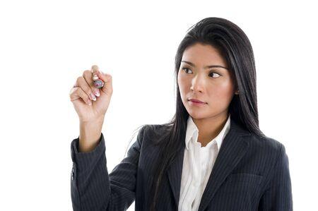trekken: mooie jonge Aziatische vrouw schrijven wat je wilt met een rode marker, geïsoleerd op witte achtergrond