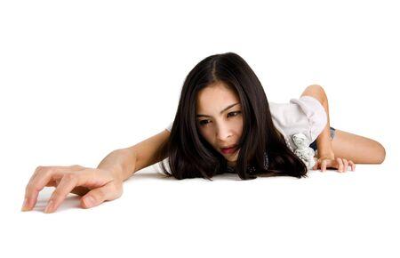 allen: mooie vrouw kruipen op handen en voeten, geïsoleerd op witte achtergrond Stockfoto
