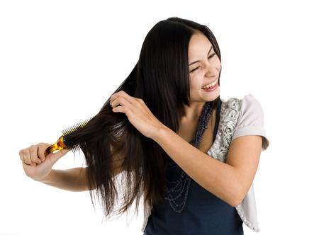 Asian beauty lavarsi i capelli, isolato su sfondo bianco