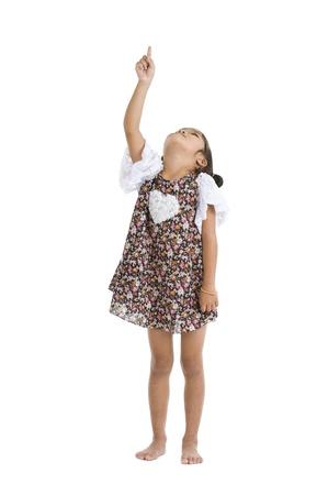 ragazza che indica: bambina che punta e alzando lo sguardo, isolato su sfondo bianco
