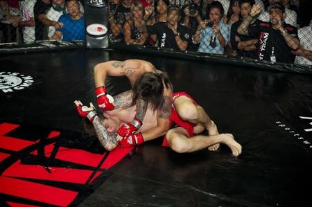 """osare: Bangkok, Thailandia - 24 settembre 2011 - XIMBICA (Rodrigo Ribeiro  BRA) vs il top LA CAPRA (Wade Henderson  SUD AFRICA) a """"Dare 211"""", un evento internazionale di combattimento gabbia (http:darefightsports.com) ."""