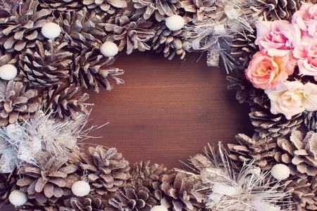 Weihnachtskomposition, Rahmen. Tannenzapfen und Blüten liegen schön im Kreis.