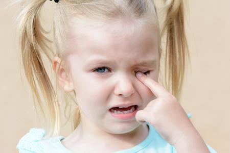 Bebé llorando. Chica histérica con cabello rubio.