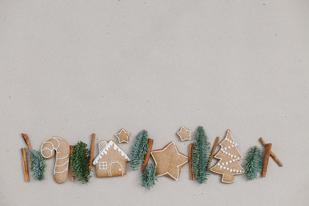 Christmas homemade gingerbread cookies in the line on craft paper background. Christmas bakery banner 스톡 콘텐츠