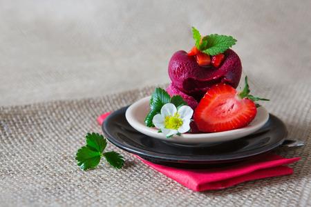 fondo cafe: Fresas con helado de fresa aislado en el fondo marr�n.