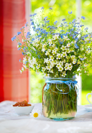 Spring wild flowers bouquet on the table 版權商用圖片