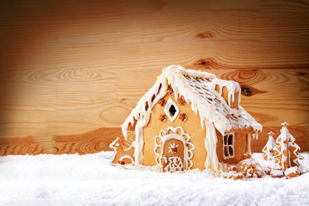 galletas de jengibre: Casa de pan de jengibre en el fondo de madera background.Christmas. Foto de archivo