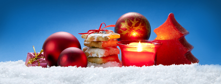 the candle: Christmas blue background with cookies.Red Christmas decoration and cookies. Archivio Fotografico
