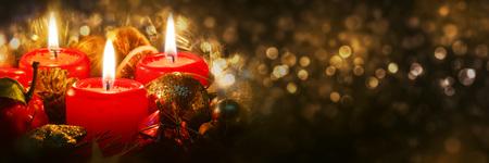 candela: avvento candele con decorazioni di Natale in luce atmosferica. Archivio Fotografico