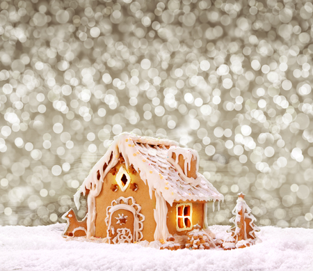 Gingerbread house on the grey bokeh  background.Christmas background. 版權商用圖片