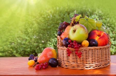 Panier de fruits isolé.