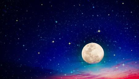 Pleine lune avec des étoiles au ciel nocturne sombre.