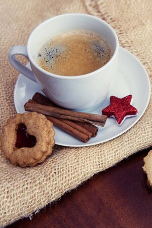 Christmas heart-shaped Cookies and coffee cup with decoration. Imagens