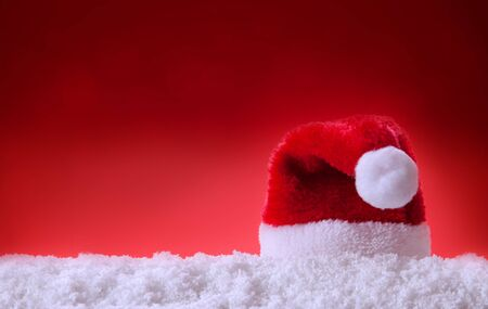 Red Santa Hat and white snow. Christmas background. Stock fotó - 133570393