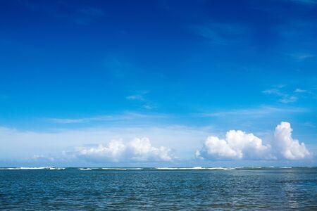 Mar dei Caraibi e cielo delle nuvole. Sfondo di viaggio.