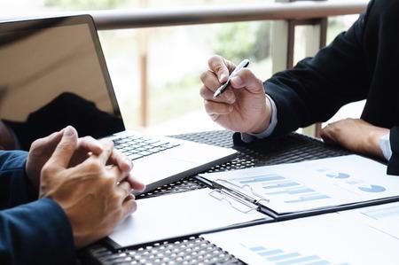Bedrijfsleiders ontmoeten gegevens van verkoopprestaties op een moderne buitenwerkplek.