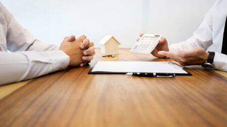 Immobilienmakler, der eine Vertragsunterzeichnung mit dem Kunden zeigt, um ein Bewertungsgeschäft abzuschließen