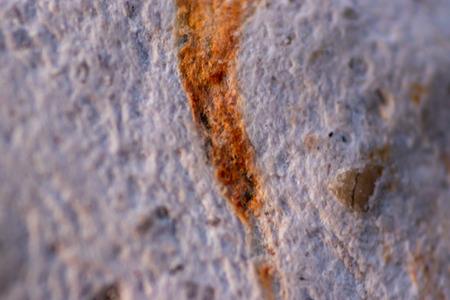 un gros plan sur une vieille pierre avec une cicatrice orange dessus. photo a pris à izmir/turquie. Banque d'images