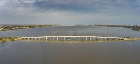 バリア島とビーチを持つ本土のメルボルンのダウンタウンにあるこの橋コネチカット 写真素材