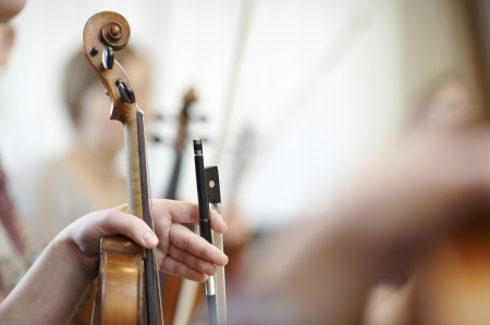 orquesta: Primer plano del cuello de un violín con un arco