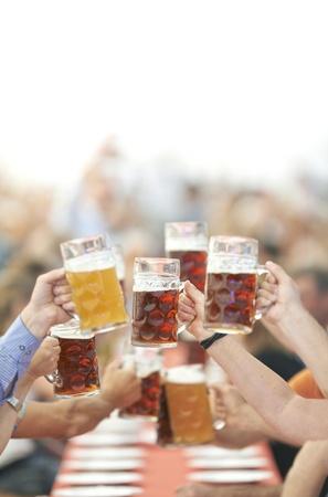 vasos de cerveza: Los bebedores de cerveza Oktoberfest plantean vidrio Foto de archivo