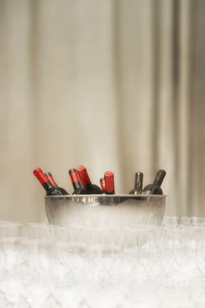 시원하게 기다리고있는 와인 병 스톡 콘텐츠 - 37362890