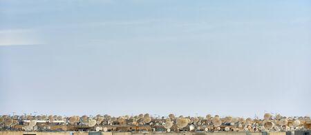 옥상에 많은 위성 접시 스톡 콘텐츠
