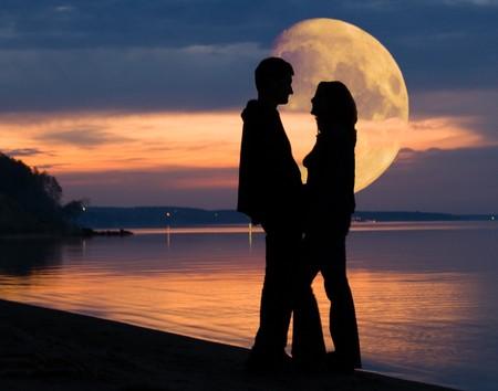 donna innamorata: Coppia romantica e Luna enorme dietro