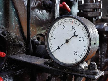 mesure: Old pressure gauge in a puffer