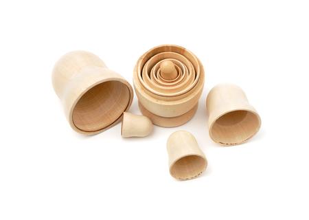 matryoshkas: Conjunto de cinco matryoshkas madera desmontados en el fondo blanco