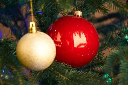 motivos navide�os: Golden and red balls on the Christmas tree