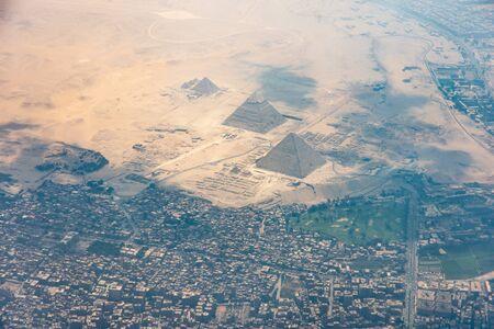 Der Pyramidenkomplex von Gizeh, auch Nekropole von Gizeh genannt, vom Flugzeugfenster aus gesehen. Khufu, Khafre, Menkaure und Sphinx sind sichtbar.