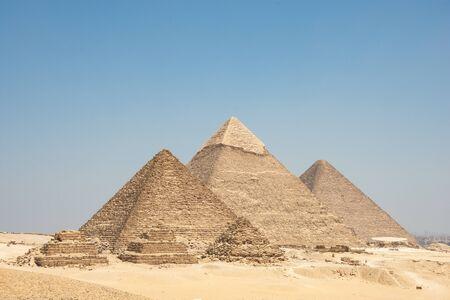 El complejo de la pirámide de Giza, también llamado Necrópolis de Giza en la meseta de Giza en Egipto que incluye la Gran Pirámide de Giza, la Pirámide de Kefrén y la Pirámide de Menkaure.