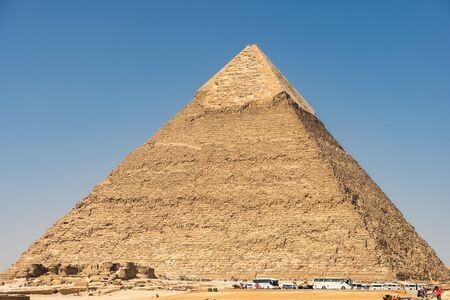 Autobusy turystyczne w pobliżu Piramidy Chefrena (czytanego również jako Khafra, Chefrena) lub Chefrena, drugiej co do wysokości i drugiej co do wielkości piramidy starożytnego Egiptu w Gizie i grobu faraona Czwartej Dynastii Chefrena (Chefren)
