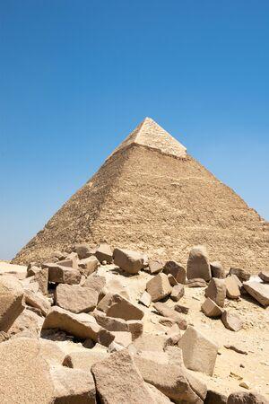 La pyramide de Khafré (également lu comme Khafra, Khefren) ou de Khéphren est la deuxième plus grande et la deuxième plus grande des pyramides égyptiennes antiques de Gizeh et la tombe du pharaon de la quatrième dynastie Khafre (Chefren)