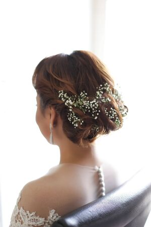 beautiful and style hair do for a bride using baby breath flower 免版税图像