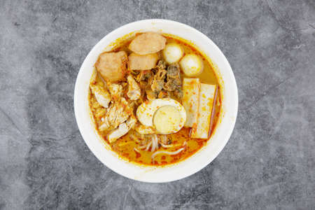 Delicious homemade curry noodles ( mee kari ) serve with seafood and egg Stockfoto