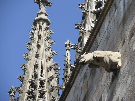 スペインのバルセロナで、中心街にある大聖堂の詳細な外観