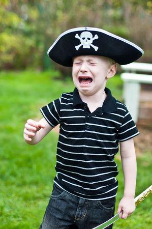 海賊帽子泣いている身に着けている若い男の子