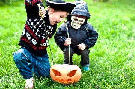 攻撃カボチャのハロウィーンの衣装を着ている 2 人の男の子