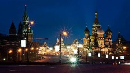 モスクワのクレムリンと St.Basil の大聖堂。夜景