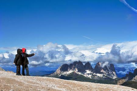 山脈の探索や素晴らしいパノラマを指している 2 人の兄弟