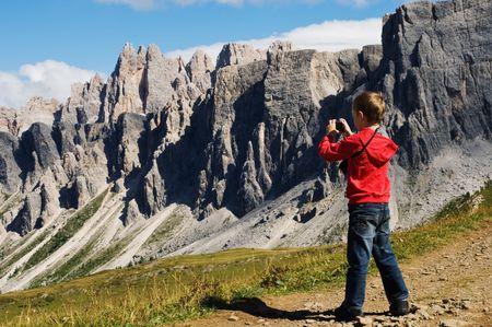 若い男の子の山々、ホテル Passo Giau、イタリアの撮影 写真素材
