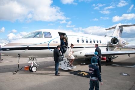 商業飛行機、社説で人々 旅行
