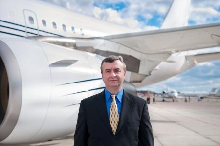 空港で企業専用ジェット機で実業家