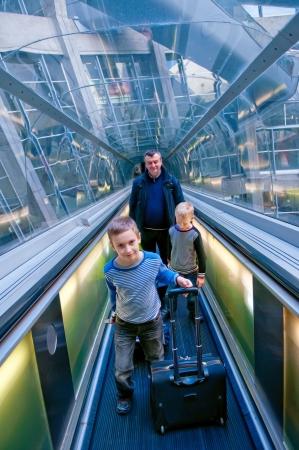 空港シャルル ・ ド ・ ゴール空港、パリに旅行家族