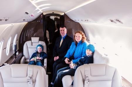Familia viaja en jet privado Foto de archivo